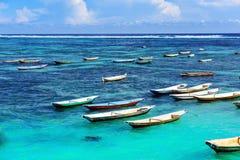 Tropiskt strandlandskap med slags solskydd i Bali Arkivfoton