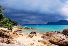 tropiskt strandregn royaltyfria foton