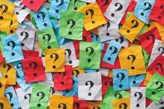 Troppe domande Fondo Colourful dei punti interrogativi fotografie stock