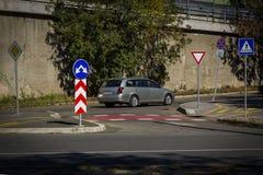 Troppi segni essere informato sulla carreggiata e dell'automobile veloce commovente immagine stock libera da diritti