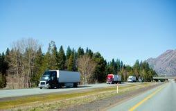 Troque semi l'autoroute nationale la Californie de convoi de camions Photos libres de droits