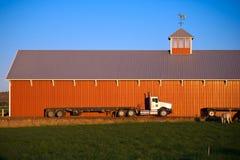 Troquez semi l'écurie rouge de grange de chevaux de remorque de couche horizontale Photo libre de droits