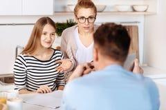 Troskliwi rodzice dyskutuje problemy z ich córką fotografia stock