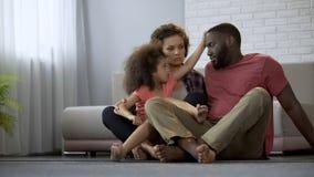 Troskliwy córki macanie ojcuje czoło, sprawdza temperaturę chory tata zdjęcie royalty free