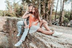 Troskliwy kochający brodaty mężów wydatków weekend z żoną blisko lasu zdjęcie stock