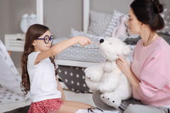 Troskliwy małe dziecko cieszy się częstowanie bawi się z matką w domu Zdjęcia Stock
