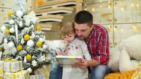 Troskliwy ojciec uczy berbeć córki remis przy Bożenarodzeniowym czasem zbiory