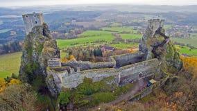 Trosky -城堡废墟空中寄生虫地平线视图  免版税库存照片
