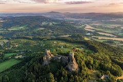 Trosky slott i bohemiskt paradis royaltyfri bild