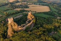 Trosky slott i bohemiskt paradis royaltyfria foton