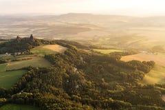 Trosky slott i bohemiskt paradis arkivbild