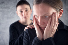 Trost des Freunds. Frau, die ihren traurigen Freund tröstet. Stockbild