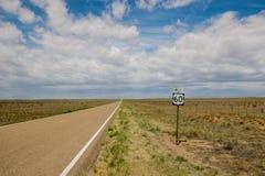 Trostlose Ausdehnung von US-Weg 60 im New Mexiko lizenzfreie stockfotografie