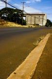 Trostlose Straße mit alter Fabrik Lizenzfreie Stockbilder