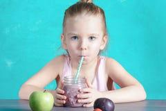 Troszkę pije zdrowego koktajl przez słomy dziewczyna Blisko zielonego jabłka fotografia stock