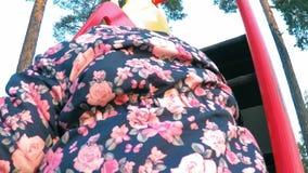 Troszkę wspina się kroki na kolorowym wzgórzu dziewczyna w kwiaciastej kurtce zbiory wideo