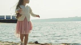 Troszkę łapie insekty z zieloną siecią w alei obok rzeki na pogodnym letnim dniu słodka dziewczyna zdjęcie wideo