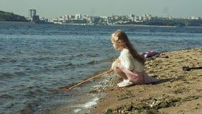 Troszkę łapie insekty z zieloną siecią w alei obok rzeki na pogodnym letnim dniu słodka dziewczyna zbiory wideo