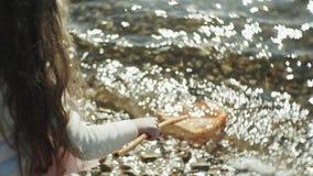 Troszkę łapie insekty z zieloną siecią w alei obok rzeki na pogodnym letnim dniu słodka dziewczyna zbiory
