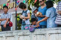 Troszkę łowi w rzece chłopiec karmienie target1488_1_ parkowi ludzie fotografia stock