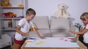 Troszkę śliczni szczęśliwi śmieszni dziecko obrazu koloru handprints na białym prześcieradle papier zdjęcie wideo