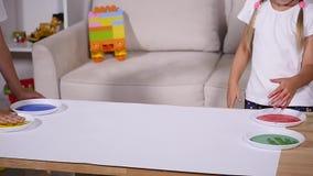 Troszkę śliczni szczęśliwi śmieszni dziecko obrazu koloru handprints na białym prześcieradle papier zbiory wideo