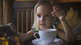 Troszkę żartuje mieć śniadanie przy wygodną kawiarnią Uroczy dziewczyny pić herbaciany i cieszyć się jej śniadanie zbiory