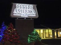 Troszkę Ameryka flagstengi Hotelowy znak przy bożymi narodzeniami Zdjęcie Stock