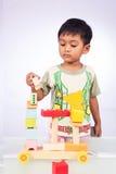 Troszkę azjatykcia chłopiec sztuki zabawka Obraz Stock