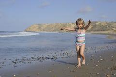 Troszkę bawić się na plaży dziewczyna Fotografia Stock
