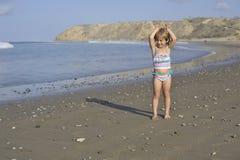 Troszkę bawić się na plaży dziewczyna Zdjęcia Stock
