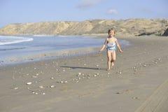 Troszkę bawić się na plaży dziewczyna Obrazy Royalty Free