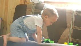 Troszkę bawić się z jego chłopiec bawi się na kanapie w pogodnym pokoju zdjęcie wideo