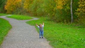Troszkę biega przez parka chłopiec zdjęcie wideo