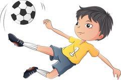 Troszkę chłopiec bawić się piłkę nożną royalty ilustracja