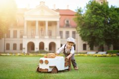 Troszkę chłopiec bawić się w parku fotografia royalty free
