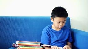 Troszkę chłopiec czytanie i uśpiony podczas gdy czytający zbiory wideo