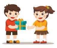 Troszkę chłopiec daje dziewczynie urodzinowego prezenta pudełku ilustracja wektor