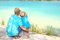 Troszkę chłopiec z jego ojcem zdjęcie stock
