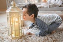 Troszkę dmucha świeczkę chłopiec Zdjęcia Royalty Free