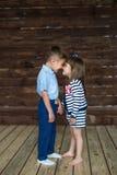 Troszkę dotykają nos dzieci i Zdjęcie Royalty Free
