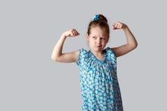 Troszkę dziewczyn przedstawienia jak silny ona ręki Zdjęcie Stock