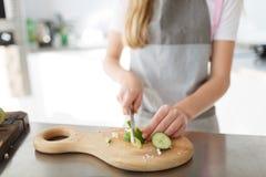 Troszkę dziewczyn tnący warzywa dla sałatki w kuchni zdrowa żywność obrazy stock
