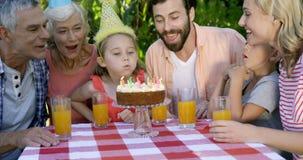 Troszkę dziewczyna podmuchowa out świeczki zbiory wideo