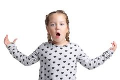 Troszkę dziewczyna, stojaki z usta otwiera, trzymający ręki w żeglarzie pojedynczy białe tło fotografia royalty free
