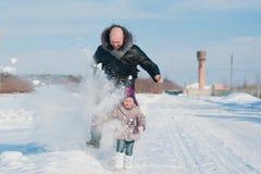 Troszkę dziewczyna, tata i sztuka z śniegiem biegający, styl życia, zima wakacje Obraz Stock