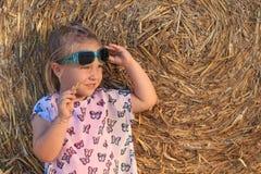 Troszkę dziewczyna z mod dzieci okularami przeciwsłonecznymi Obraz Stock