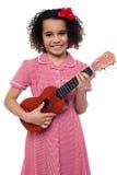 Troszkę dziewczyna z zabawkarską gitarą fotografia stock