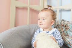 Troszkę dziewczyny bawić się w domu dla lal z niedźwiedziem Obrazy Stock
