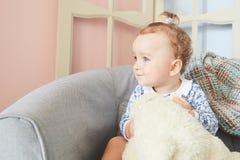 Troszkę dziewczyny bawić się w domu dla lal z niedźwiedziem Fotografia Stock